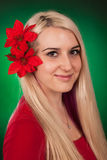 Menina bonito com flores falsificadas Foto de Stock