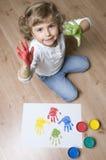 Menina bonito com mãos coloridas Imagem de Stock Royalty Free