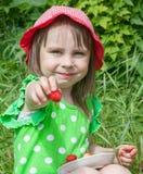 Menina bonito com a morango Fotos de Stock Royalty Free