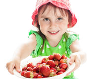 Menina bonito com a morango em um fundo branco Imagem de Stock Royalty Free