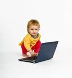 Menina bonito com o portátil isolado no branco Imagem de Stock Royalty Free