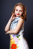 Menina bonito com os bordos vermelhos que levantam no estúdio Imagem de Stock Royalty Free