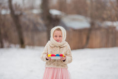 Menina bonito com ovos de Easter Foto de Stock