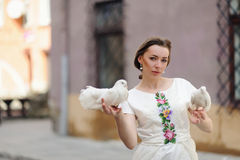 Menina bonito com a pomba na mão Foto de Stock