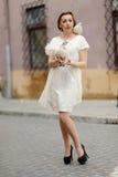 Menina bonito com a pomba na mão Imagem de Stock