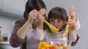 Menina bonito com Síndrome de Down que cozinha com mãe filme