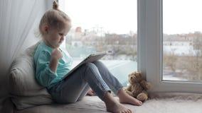 Menina bonito com tabuleta vídeos de arquivo