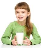 Menina bonito com um vidro do leite fotografia de stock