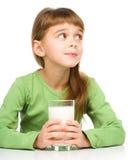Menina bonito com um vidro do leite imagens de stock royalty free