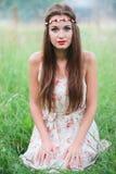 Menina bonito com uma grinalda na cabeça Imagem de Stock
