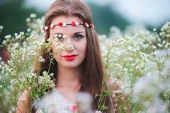Menina bonito com uma grinalda na cabeça Foto de Stock Royalty Free