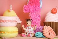 A menina bonito comemora seu primeiro aniversário foto de stock royalty free