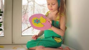 A menina bonito costura uma bolsa cor-de-rosa vídeos de arquivo