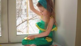 A menina bonito costura uma bolsa filme