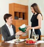 A menina bonito dá seu presente do homem Imagem de Stock Royalty Free