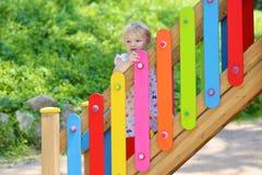 Menina bonito da criança em idade pré-escolar que joga fora no parque foto de stock