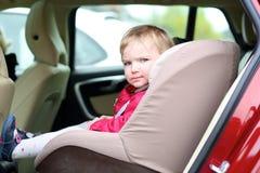 Menina bonito da criança em idade pré-escolar que senta-se no carro Fotos de Stock Royalty Free