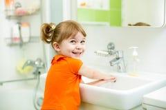 Menina bonito da criança que lava no banheiro Fotos de Stock