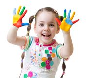 A menina bonito da criança tem o divertimento que pinta suas mãos Foto de Stock