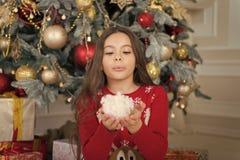Menina bonito da crian?a pequena com presente do xmas Ano novo feliz Compra do Natal, id?ia para seu projeto Puxando a ?rvore de  foto de stock