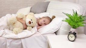 Menina bonito da crian?a pequena que dorme com urso de peluche video estoque