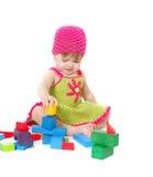 Menina bonito da criança que joga com blocos de apartamentos Imagem de Stock Royalty Free