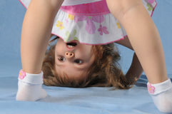 Menina bonito de cabeça para baixo Fotografia de Stock