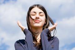Menina bonito de encontro ao céu azul Foto de Stock Royalty Free