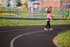 Menina bonito de Ittle que corre no estádio Imagens de Stock