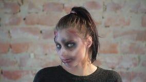 Menina bonito do close-up com os olhos grandes azuis bonitos cuja a cara tem encerar a composição plástica no formulário da f vídeos de arquivo