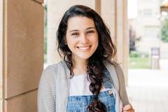 Menina bonito do estudante que olha a câmera Fotografia de Stock Royalty Free