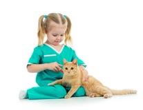 Miúdo que joga o doutor com gato Foto de Stock Royalty Free