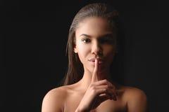Menina bonito do mulato que gesticula com sensualidade Fotografia de Stock
