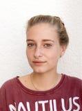 Menina bonito do retrato na camisa vermelha de T imagens de stock