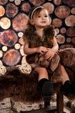 Menina bonito do smiley com veste da pele Imagens de Stock