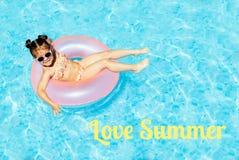 Menina bonito e engraçada na piscina foto de stock royalty free