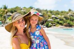 Menina bonito e mãe bonita na praia Foto de Stock