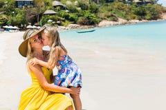 Menina bonito e mãe bonita na praia Fotos de Stock