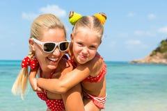 Menina bonito e mãe bonita na praia Imagens de Stock Royalty Free