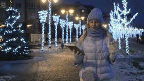 Menina bonito em caminhadas da roupa do inverno vídeos de arquivo