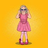 Menina bonito em sapatas e em óculos de sol das mães Modelo de forma no vestido dourado Ilustração do pop art ilustração stock
