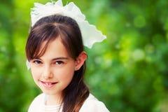 Menina bonito em seu primeiro dia do comunhão fotografia de stock