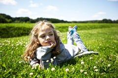Menina bonito em um campo verde Fotos de Stock
