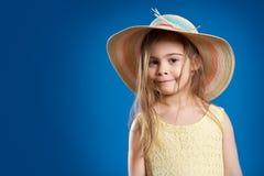 A menina bonito em um chapéu do verão está sorrindo Imagem de Stock Royalty Free