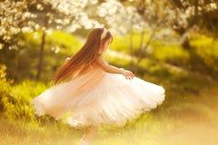 Menina bonito em um jardim da mola imagens de stock royalty free