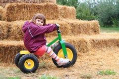 Menina bonito em uma bicicleta Fotos de Stock