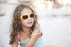 menina bonito em uma praia Imagens de Stock Royalty Free