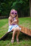 Menina bonito em vidros roxos do feliz aniversario Fotografia de Stock Royalty Free