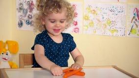 A menina bonito escolhe comer bolos de mel das cenouras não video estoque