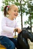 A menina bonito está balanç no balanço Fotos de Stock
